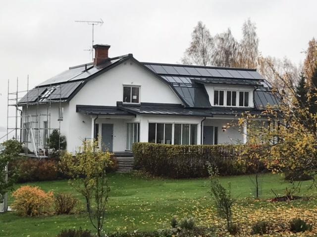 Svarta LG-paneler smälter in fantastiskt bra med det svarta taket!